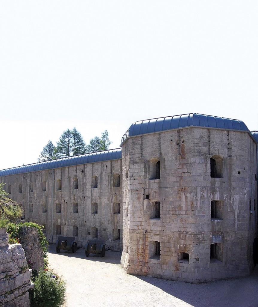 Inmitten unbändiger Naturschauspiele befinden sich 80 mächtige Festungswerke und hunderte Kilometer Schützengräben